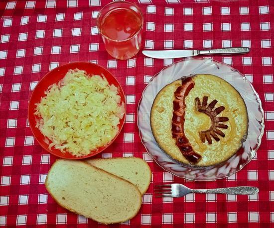 iahnie de fasole, carnat, slana prajita, varza murata & zeama de varza (moare)