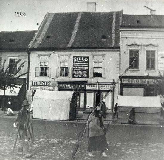 221-1908 Batrini munteni in trecere prin Piata Libertatii-latura de nord_resize