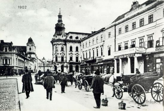 309-1902-birje si birjari in asteptarea clientior pe latura de vest a pietii Libertatii