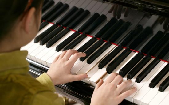 Povestea profesorului de pian al lui Cezar.