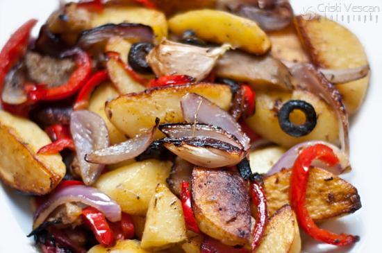 Salata de cartofi asezonata cu cimbrisor (reteta din Groenlanda) Ingredinete: ulei de masline, unt, sare de mare, cimbrisor, cartofi albi, vinete, masline, gogosar, ceapa rosie, usturoi.