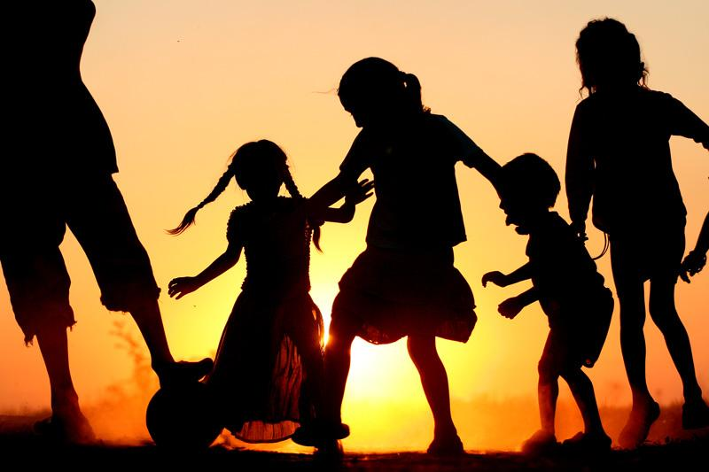 joaca-copiilor-in-apus-de-soare