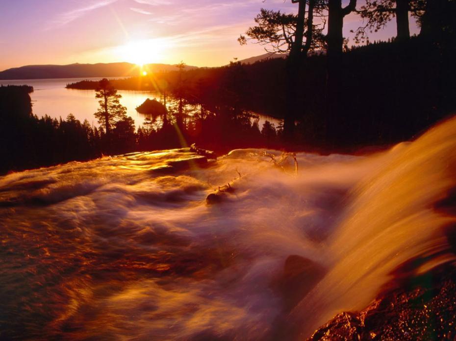 raze de soare pe cascada