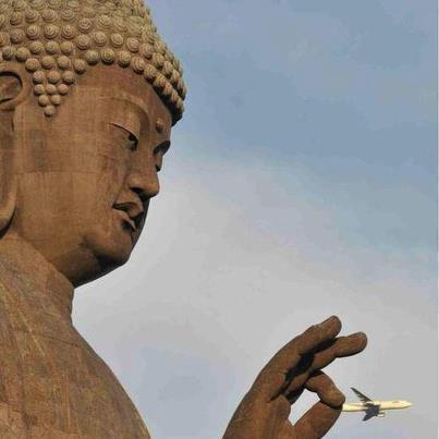 Budha jucandu-se c-un avion