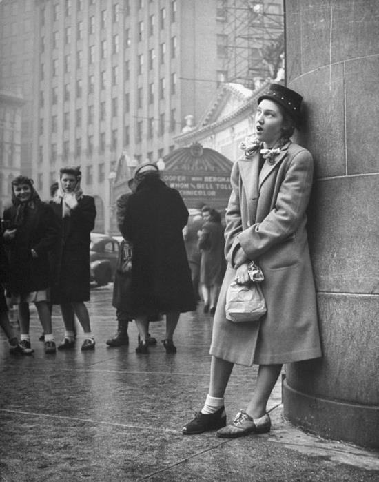 1945 girl singing in the street