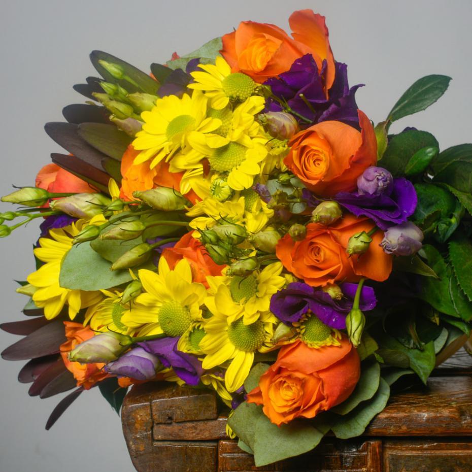 Buchet-mixt-de-10-trandafiri-portocalii-si-7-lisianthus-mov